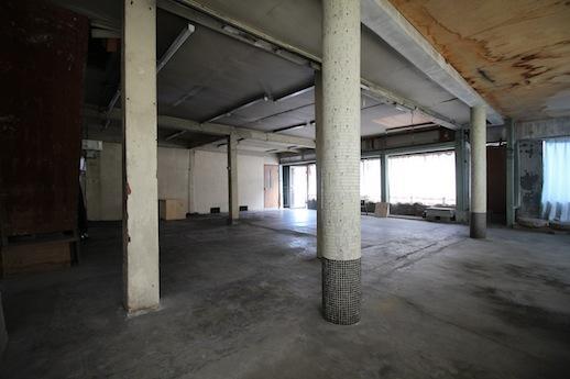 1階店舗。奥の北側面は元々店舗入口で、一面ガラスショーウィンドウ