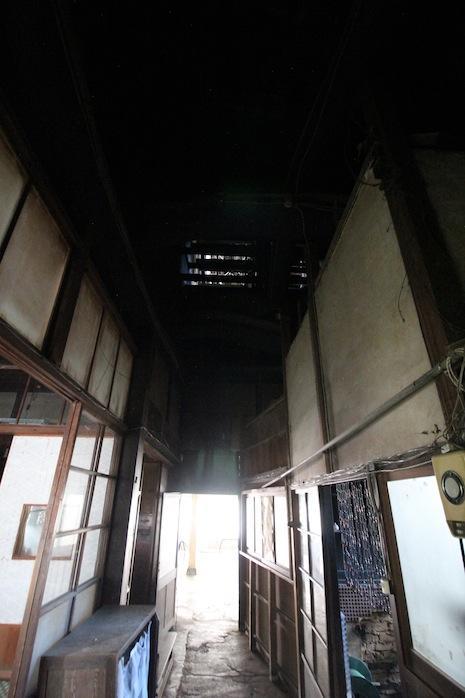 通り土間の上部は吹抜。煙出し越屋根の明かりが見えるのだ