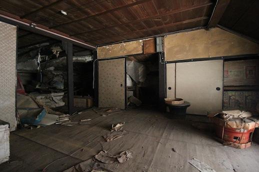 昭和中期頃の改装と推察される2階西側の畳間は竿縁天井。奥に板間の物置がある