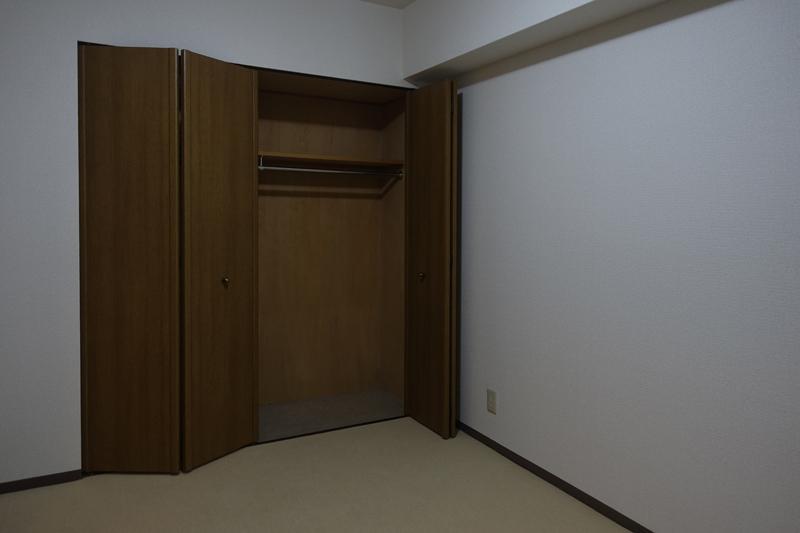 北側の部屋、明るくないので収納向きかも
