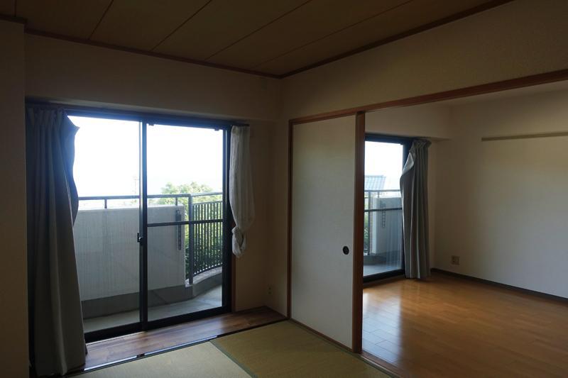 1階、リビングと和室、107号室