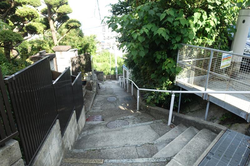 駅から階段を登る