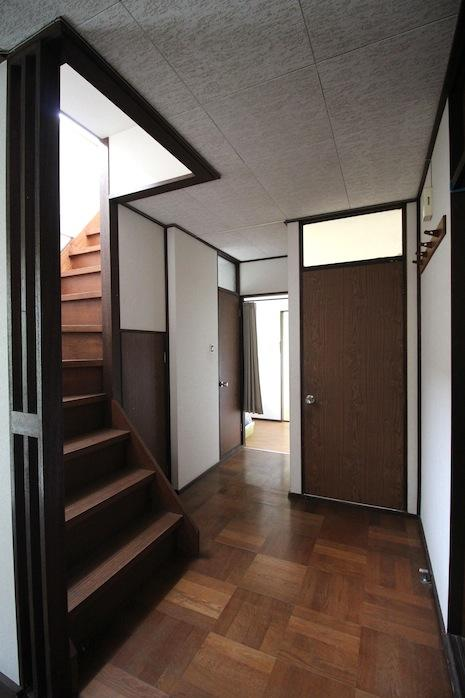 パーケットフローリングに階段格子や欄間ガラスの建具。きめ細やかなデザイン