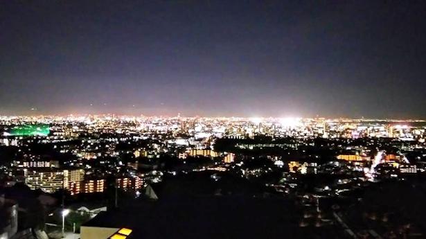 屋上から市街地の夜景を一望