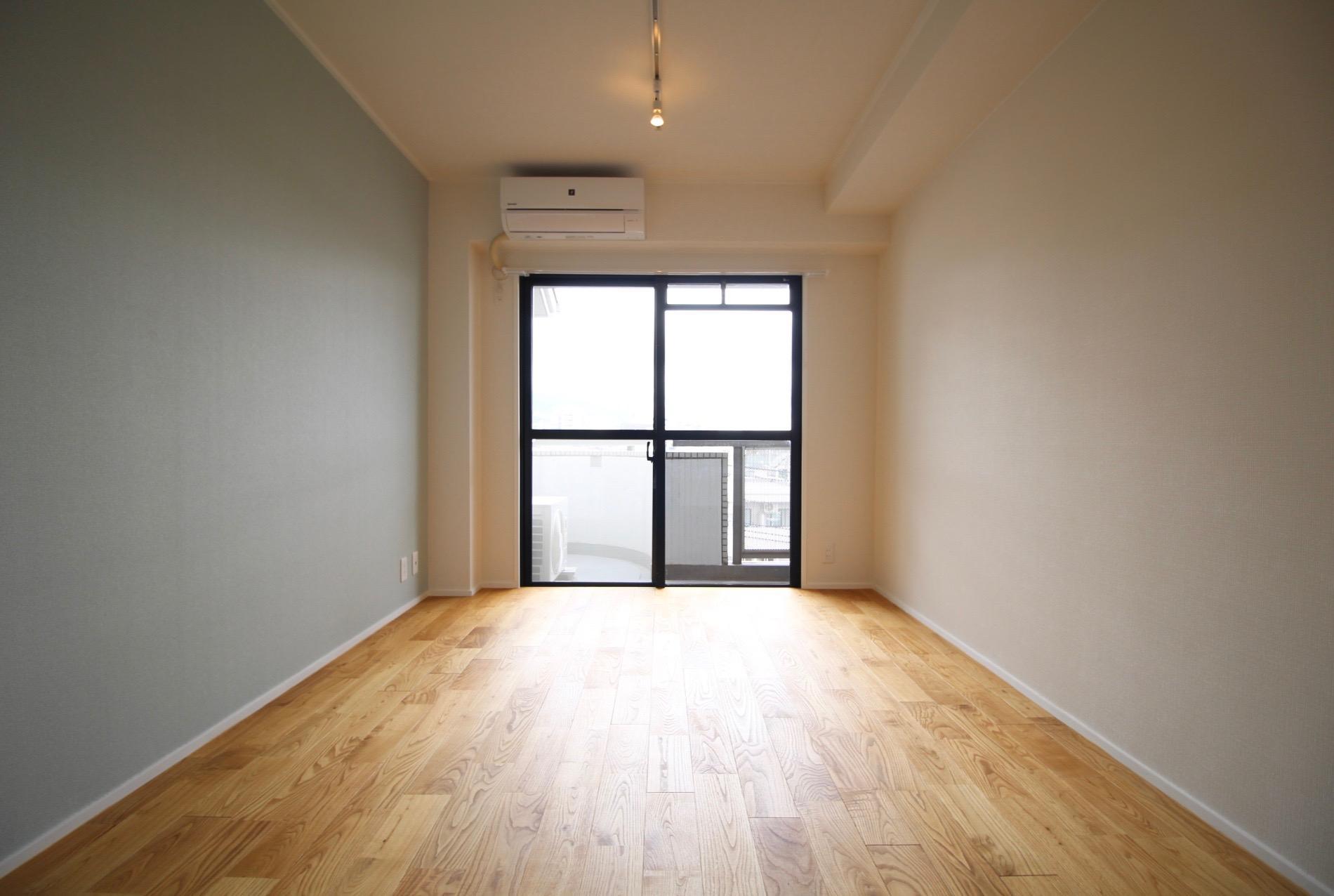 リノベーションされたばかりの506号室は山栗の無垢床