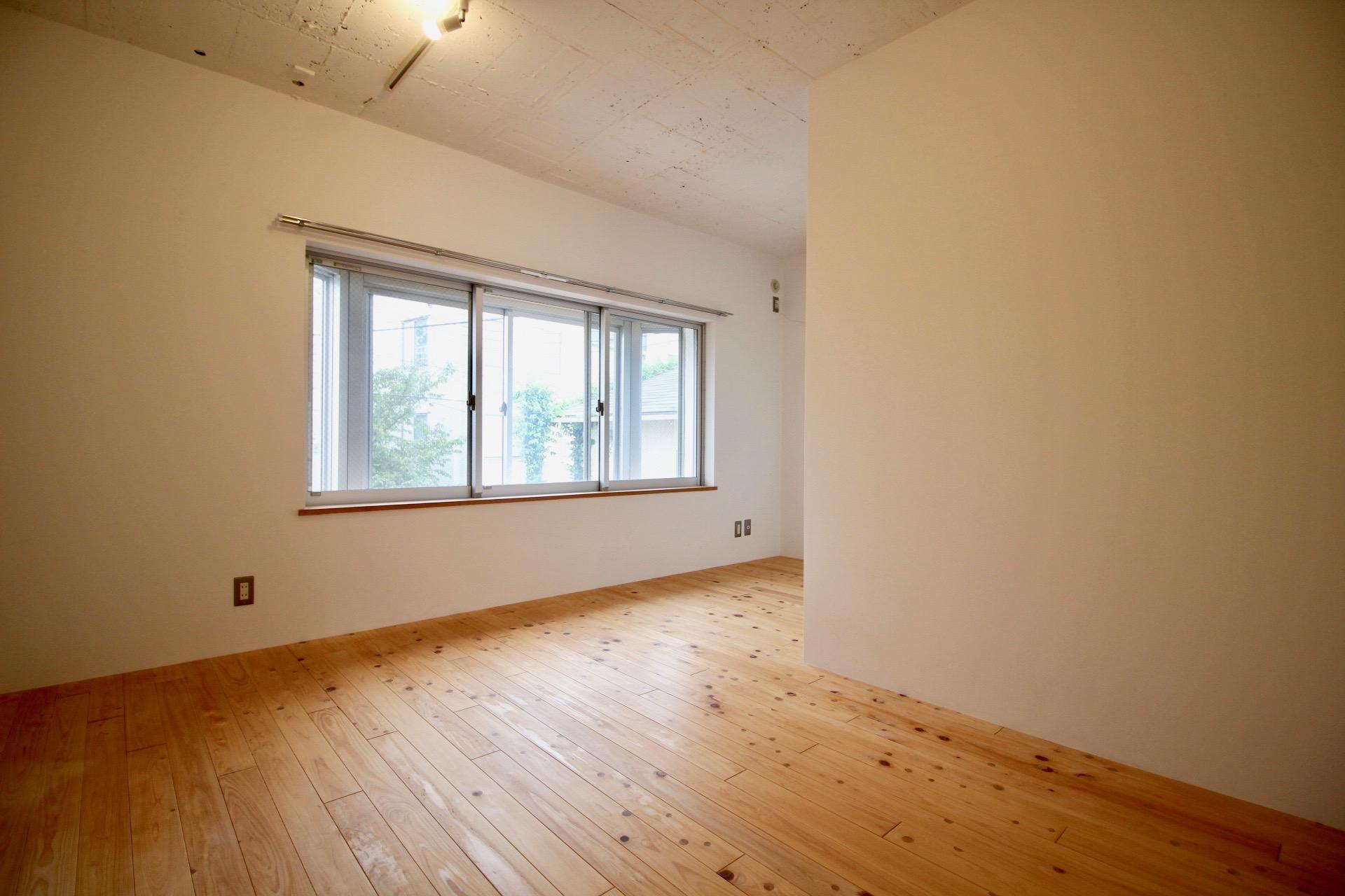 洋室はL字で寝室兼窓際は書斎にもいいかも