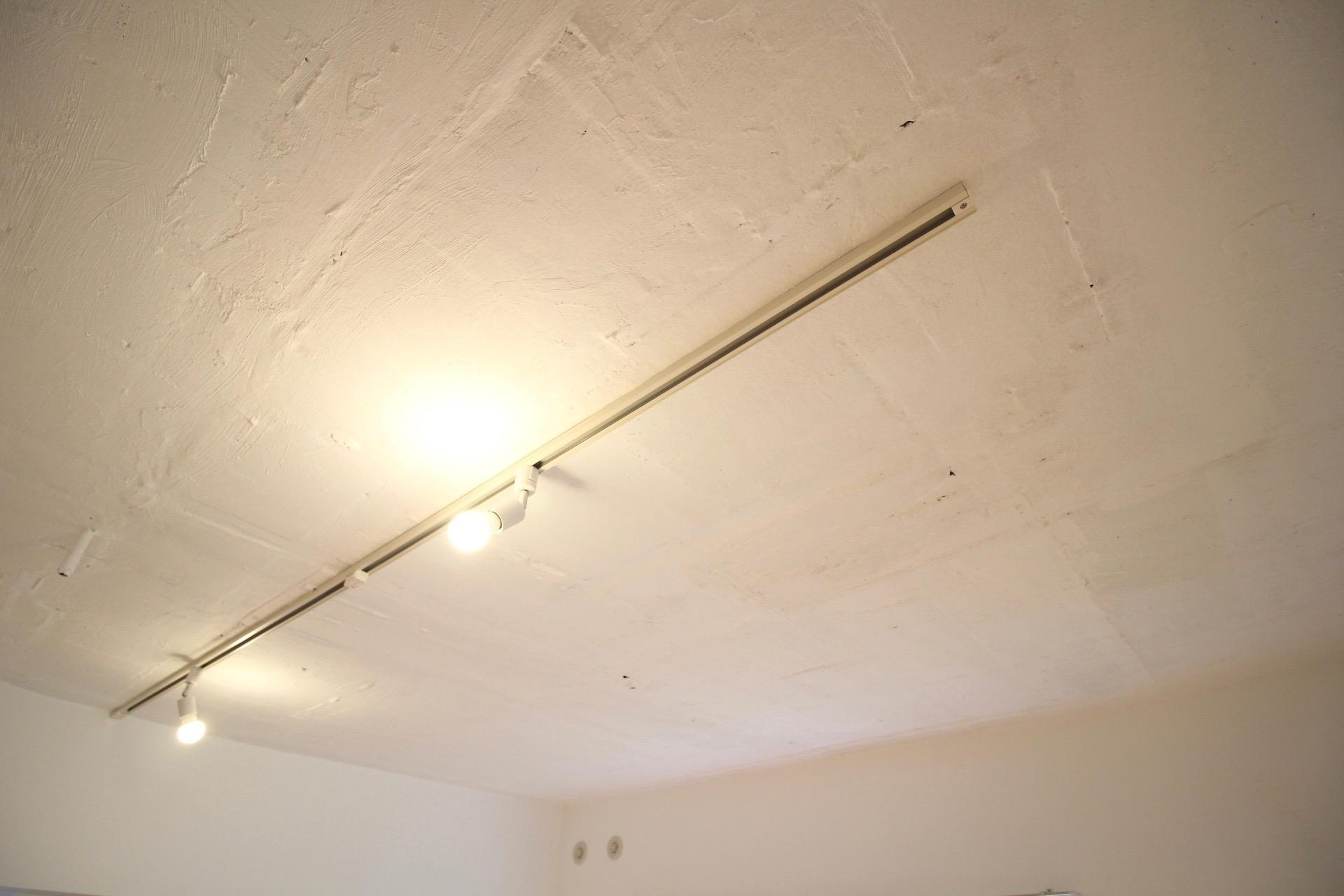 ムキ出しの天井