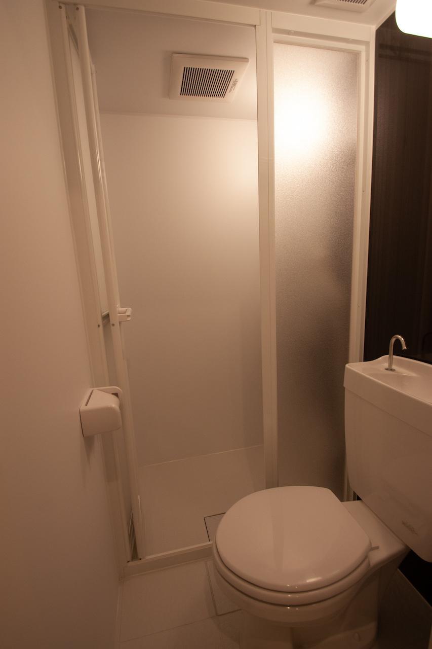 トイレの奥がシャワールーム