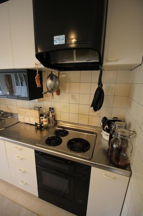 コンロ廻りのキッチン用品たち。無造作でかっこいいな。