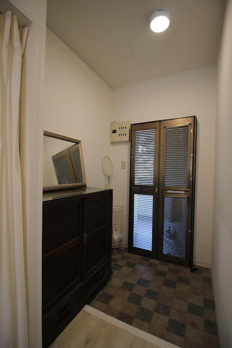 窓と玄関ドアを開け放ち、鍵付網戸にすれば、六甲おろしがビュービュー最高。