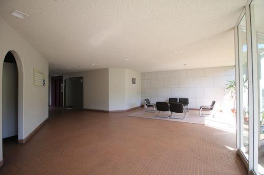 1階エントランスホール。R開口やミニマルなラウンジスペースが厳かで好き。