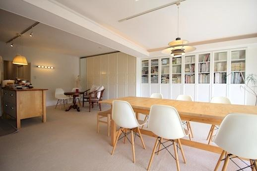 アンティーク調の収納が壁一面ズラリ。スッキリした空間に家具たちが主張をはじめる。