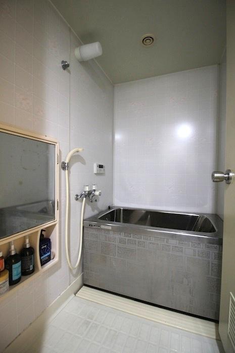 未改修ですが、斜め背もたれ付のあったかステンレス浴槽は名品かと。