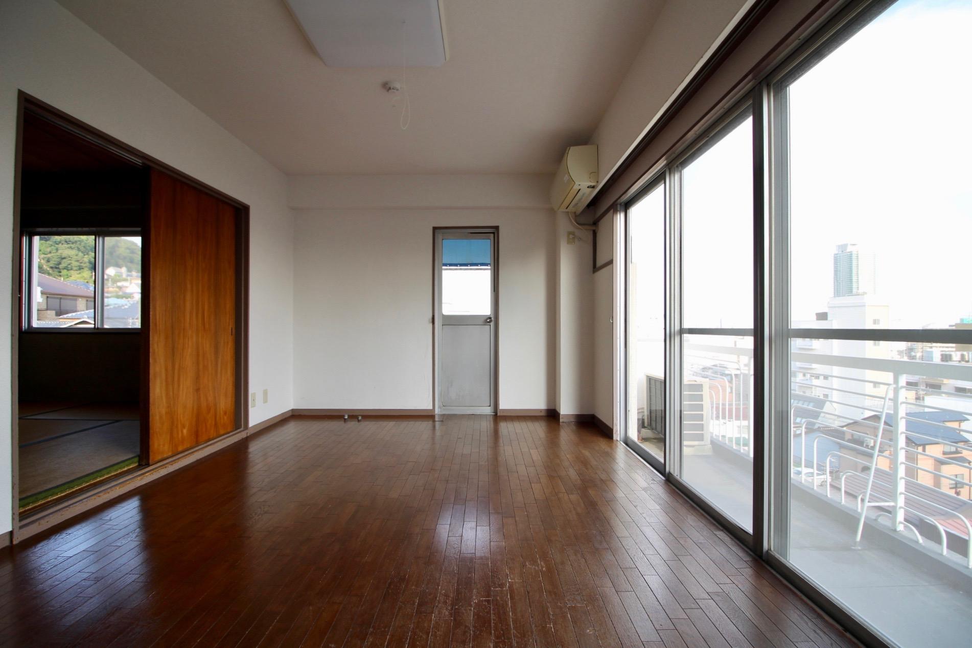 窓へと視線が広がる分、広さ以上に開放的なリビング