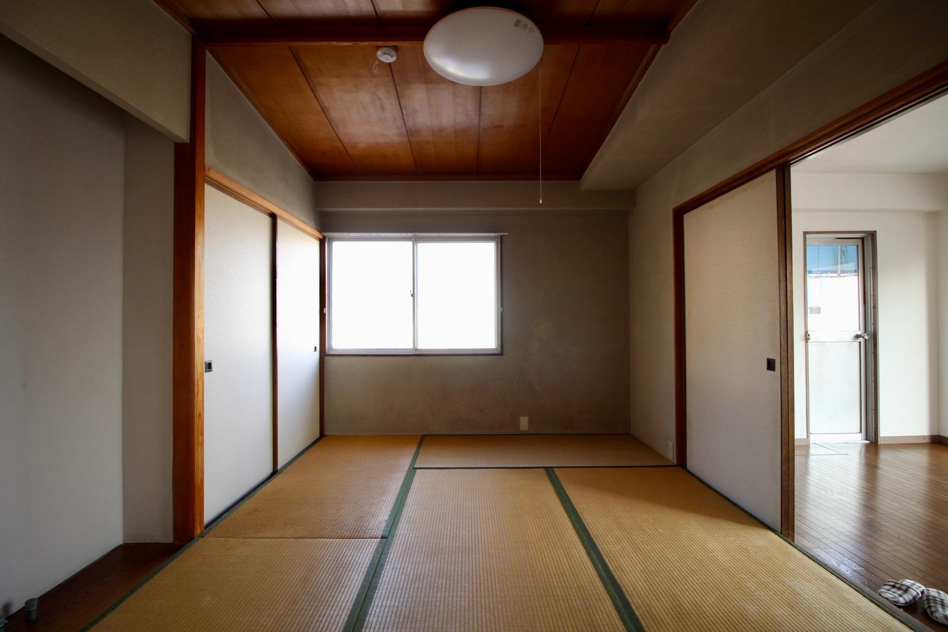 勾配の木天井に土壁のしっかりとした設えの和室