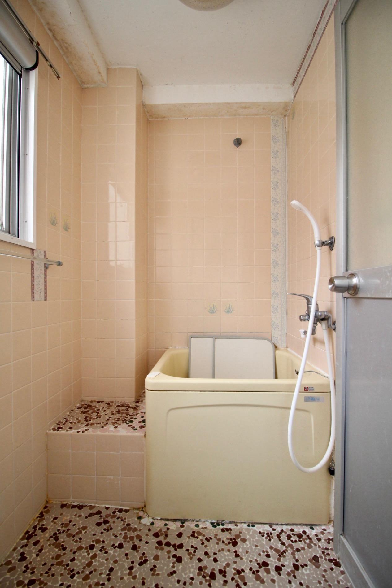 タイル張りの風呂は少し狭め
