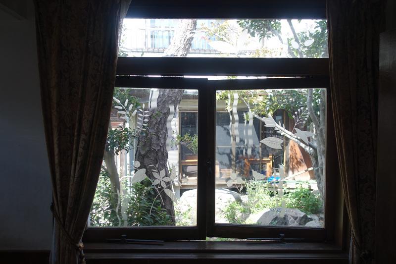玄関横のまどからは、中庭の風景も見える