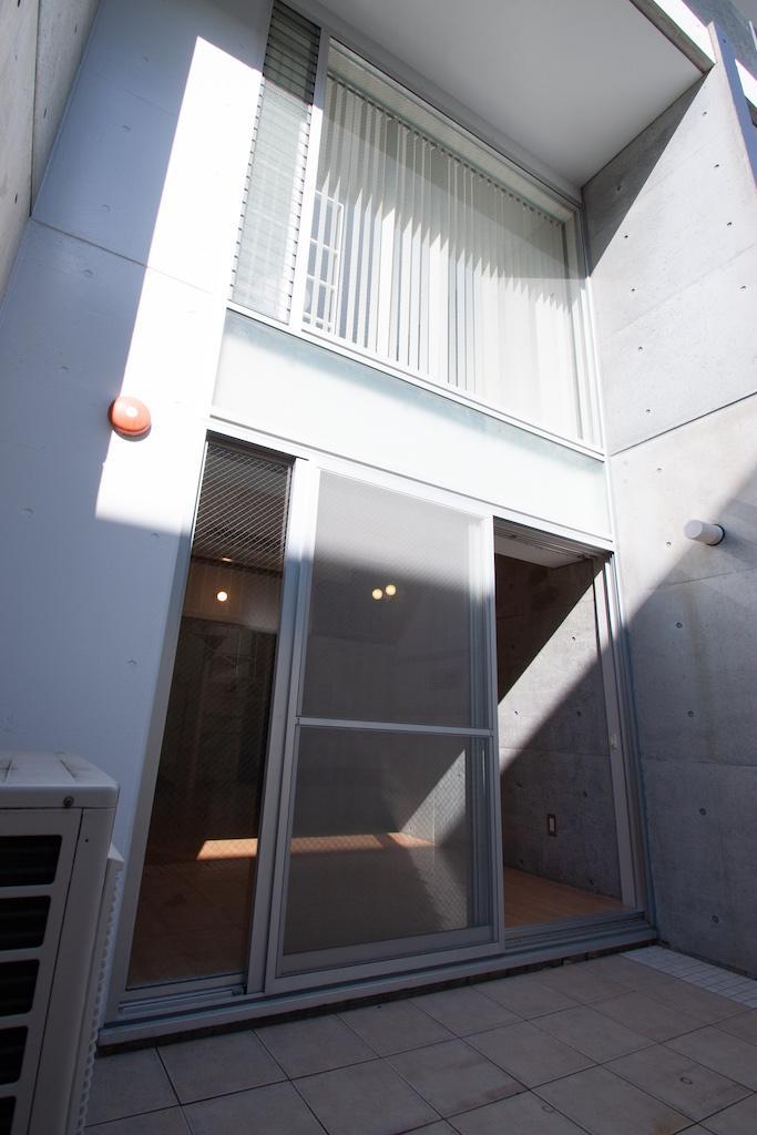 上が1階の窓、下が地下1階の窓