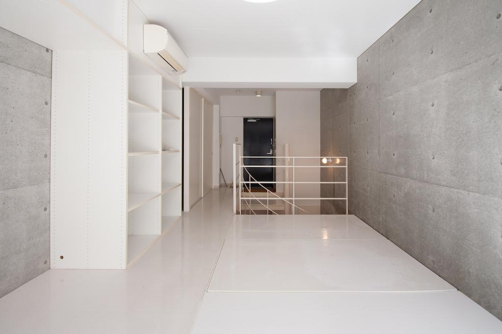 白とコンクリート打ちっ放しの空間