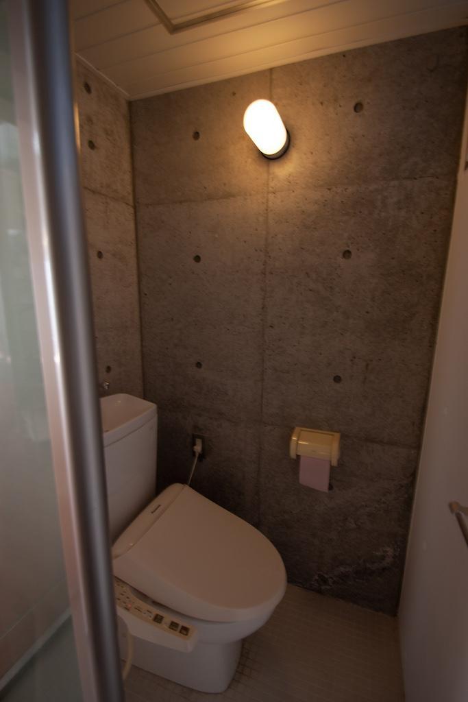 トイレもコンクリートの壁
