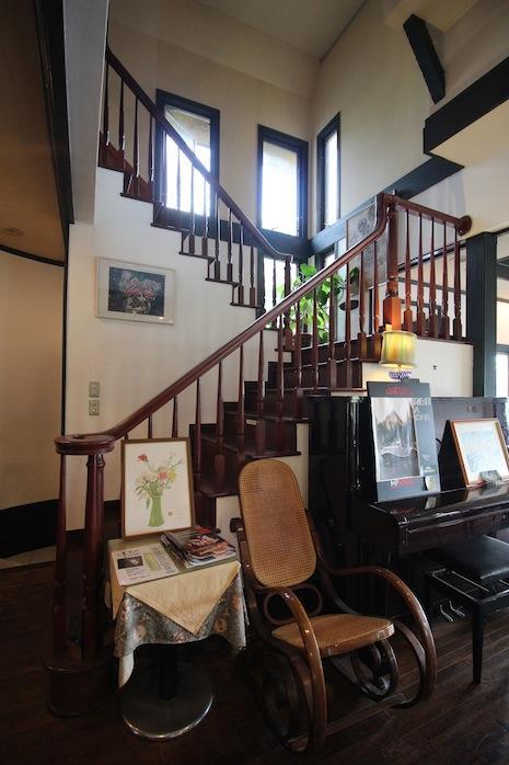 1階階段下。ピアノがスタンバイ。