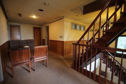 リビングのような2階ホールは壁面展示も可。