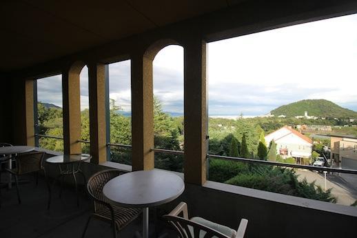 2階客室テラス。甲山から市街地、さらに海とその向こうまで見下ろす。