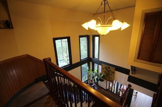 1階カフェと繋がる階段。吹き抜けから音楽が聴こえてくる。