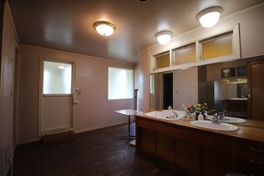 2ボールシンクのシェア洗面室。
