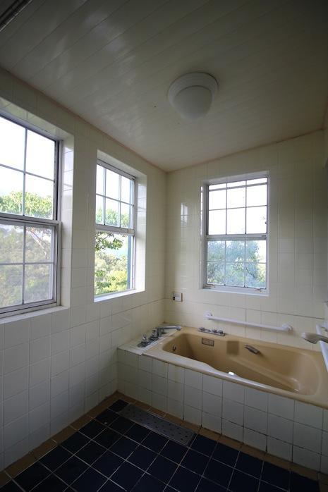 明るいシェア浴室。