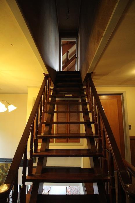 屋根裏アトリエへと繋がる木階段にそそられます。