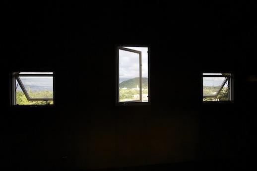 アトリエの窓から甲山と市街地を見下ろす。