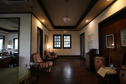 1階カフェの入口付近。ゆったり空間。