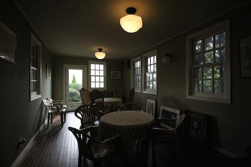 1階カフェの別室。外国の一軒家を思わせる。