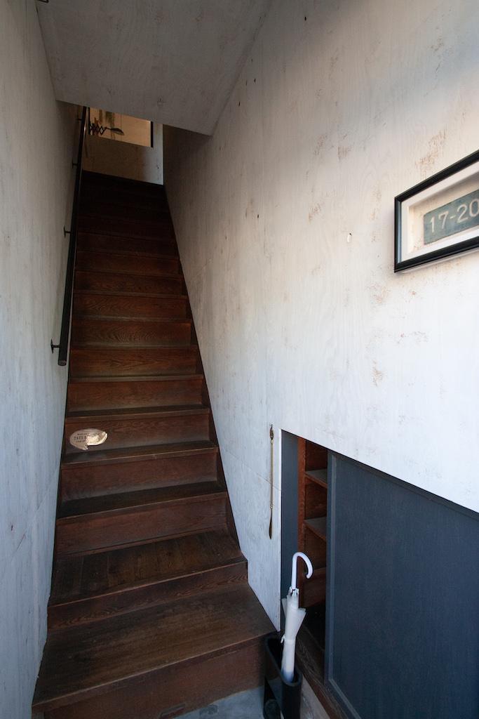 玄関入ってすぐ階段