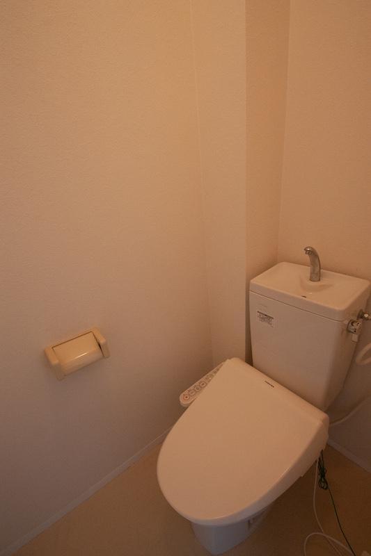 トイレ。ウォシュレットは残置物のため性能保証はありません