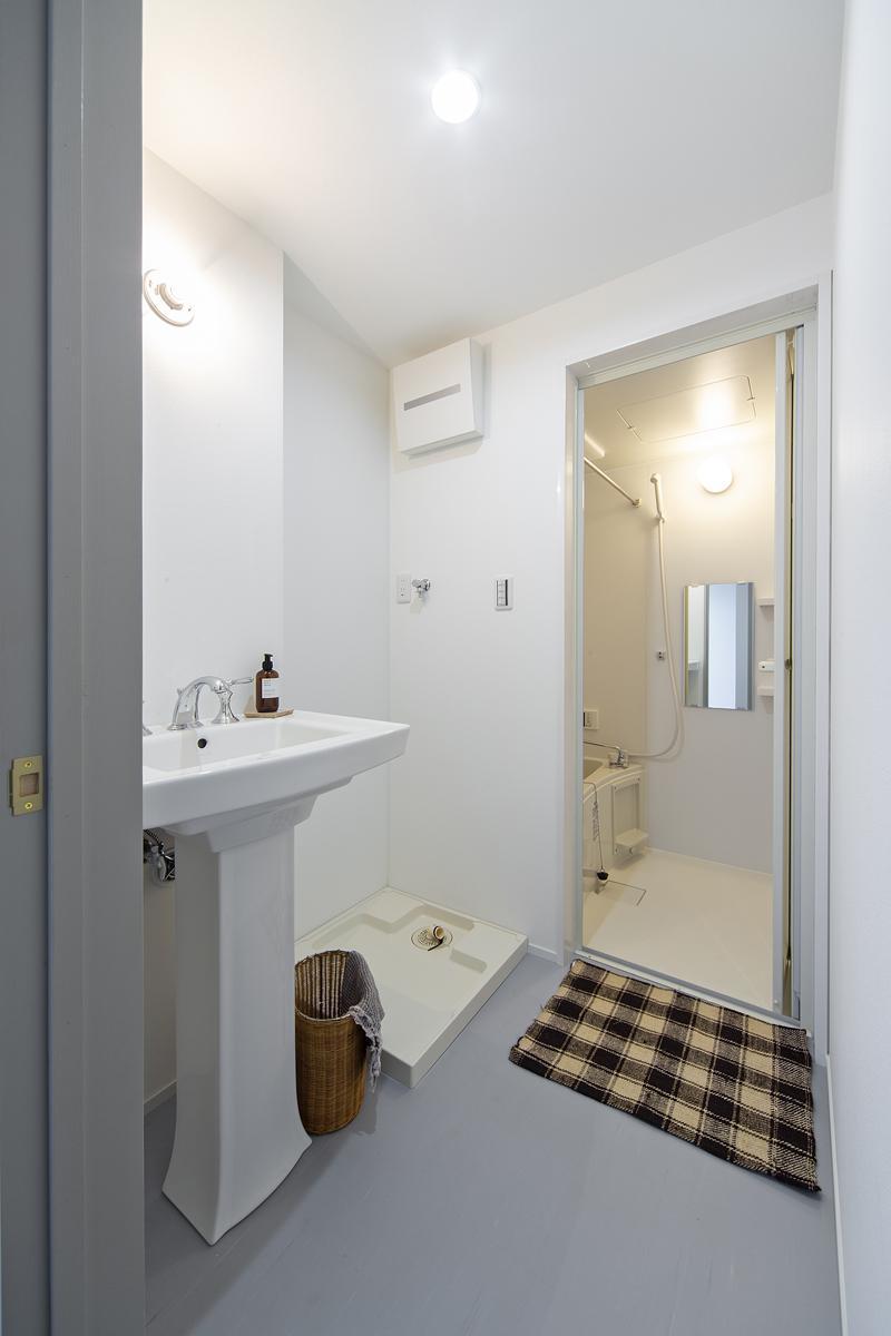 グレイッシュなインテリア、脚付きの洗面台がかっこいい。