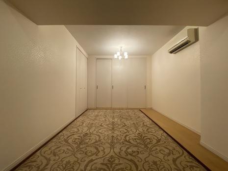 北東側洋室は薄暗い照明がよく似合う