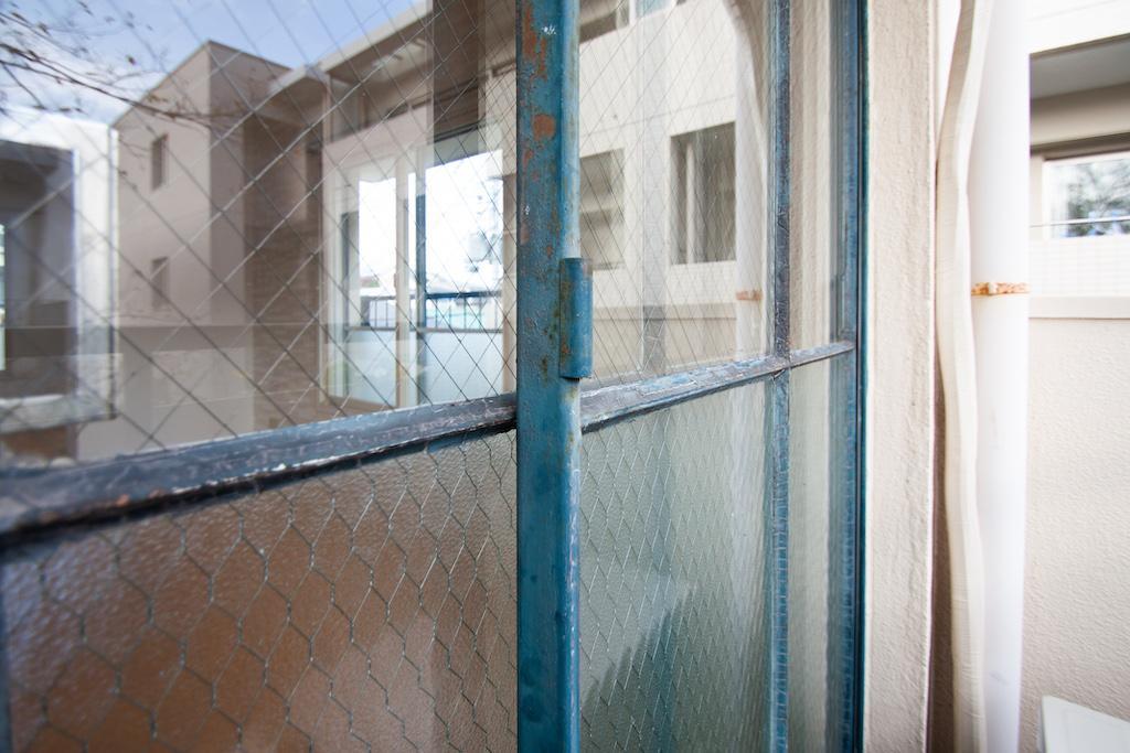 重厚感のあるガラス窓。渋い青