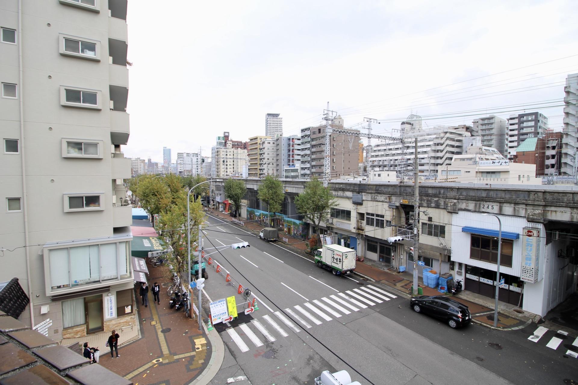 窓から見える阪急と高架下のノスタルジーな景色