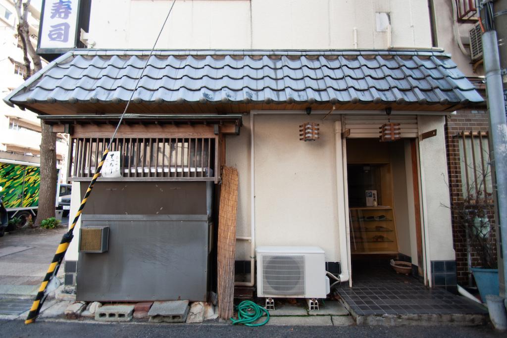 こちらからも入れます。寿司屋の水槽も残ったまま