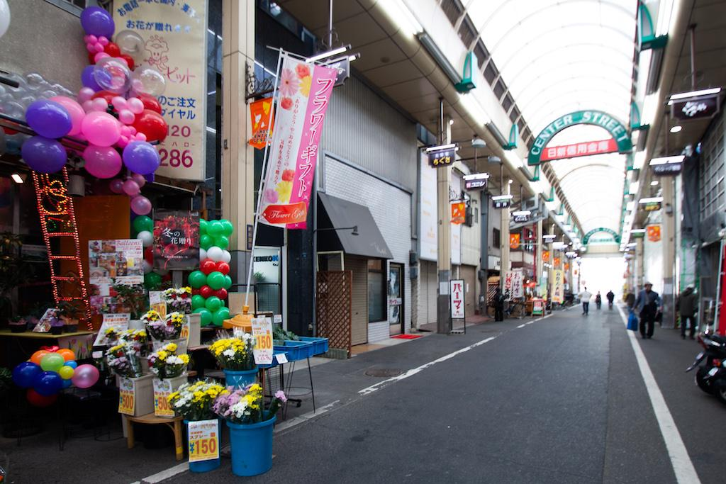板宿の商店街はいつも賑わっています