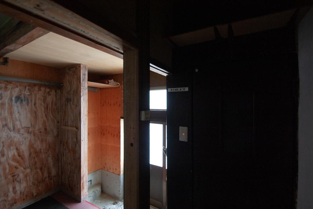 玄関横にトイレ