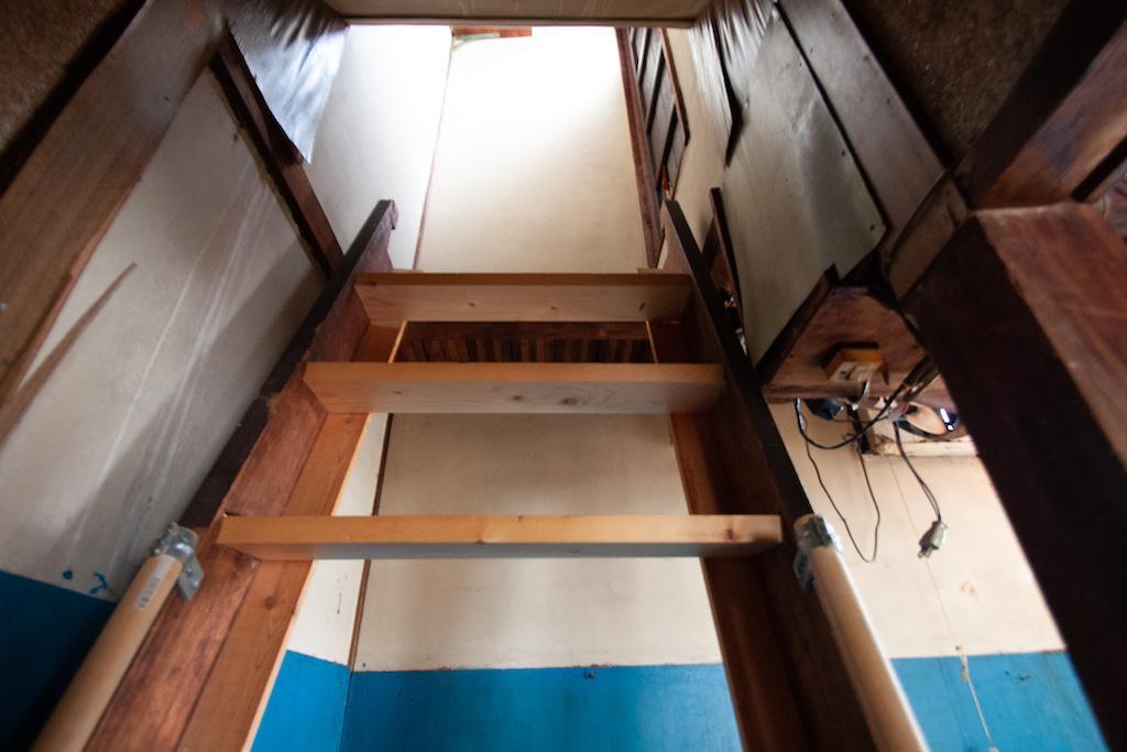 キッチン横に何やらはしごが