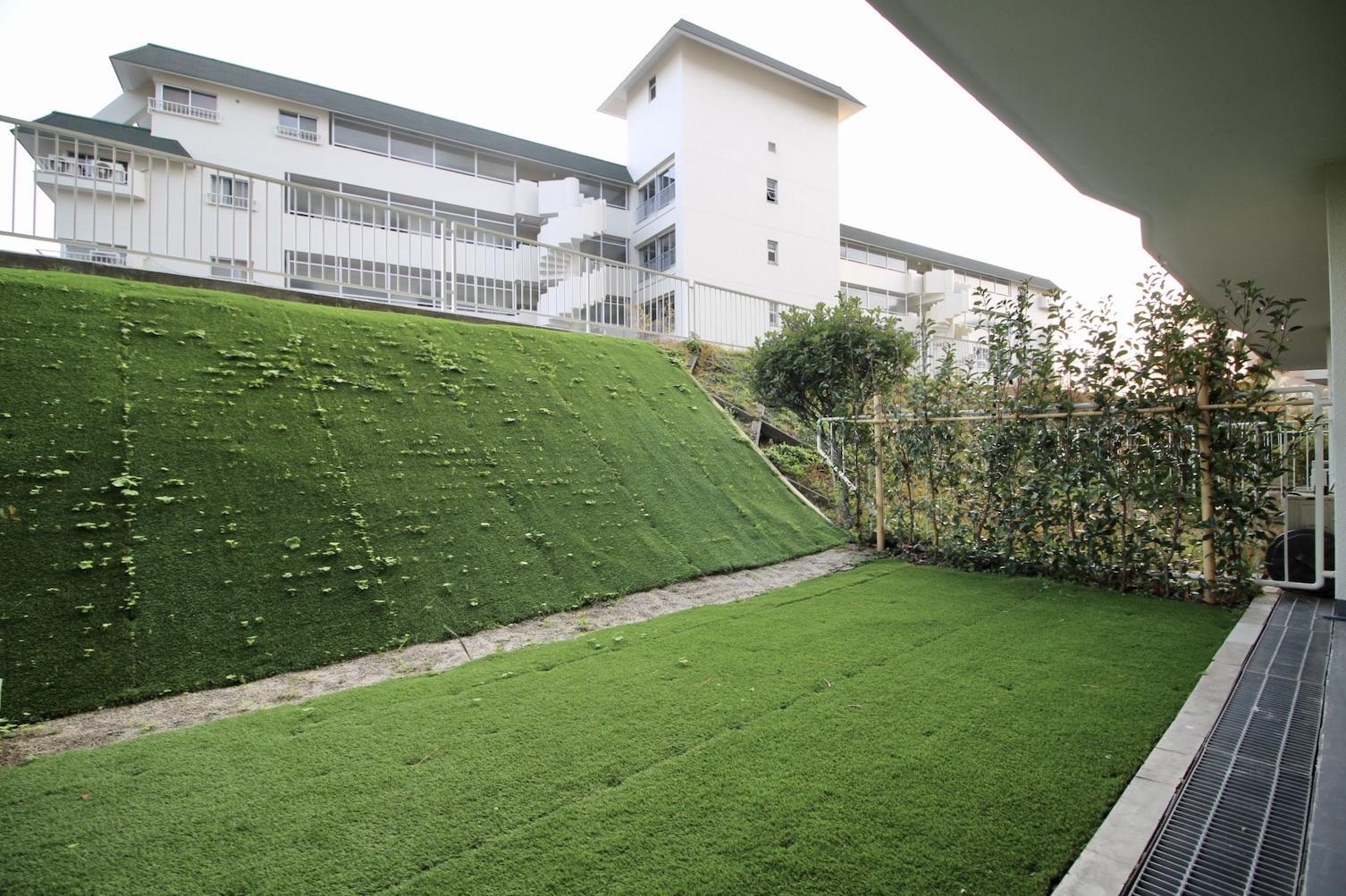広い庭はデッキテラスを置いたり、植物を育てたり家庭菜園もいいかも