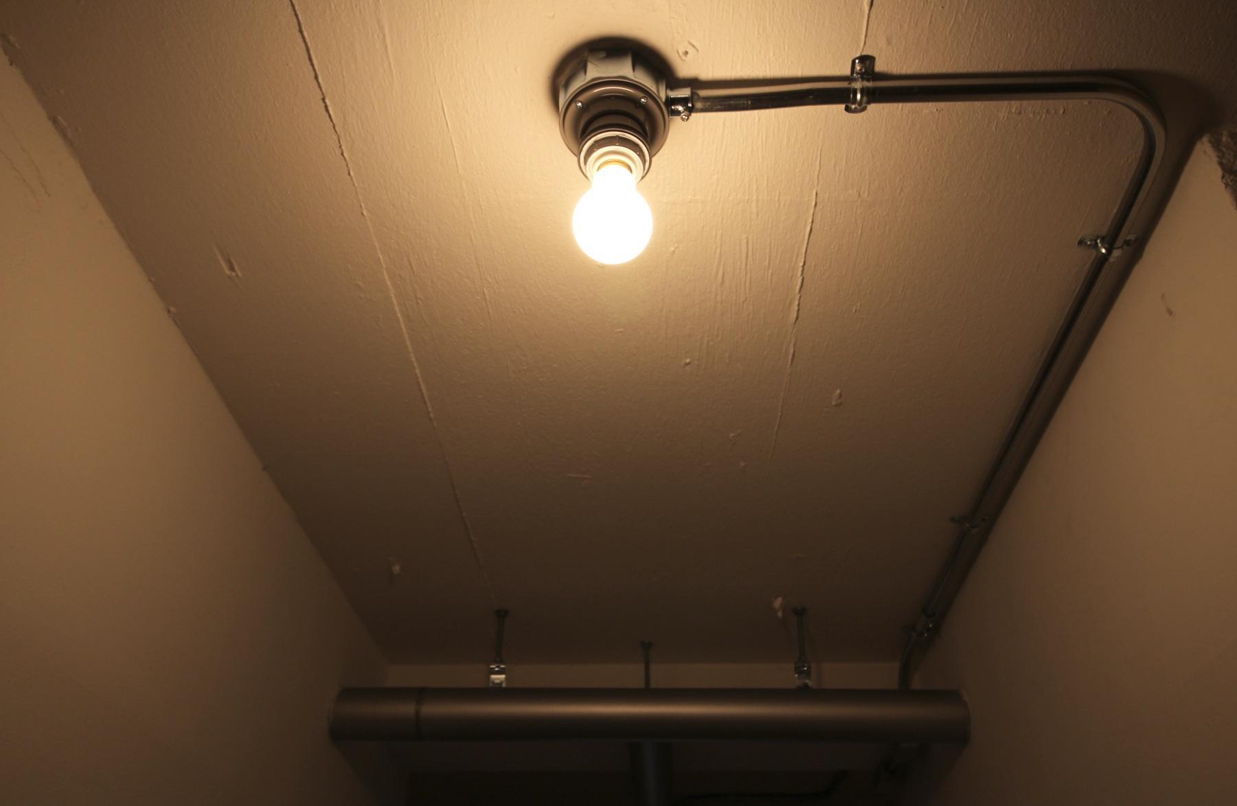 配管ムキ出しの廊下照明