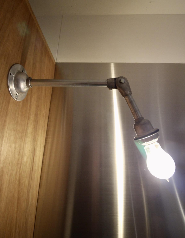 インダストリアルなキッチン照明