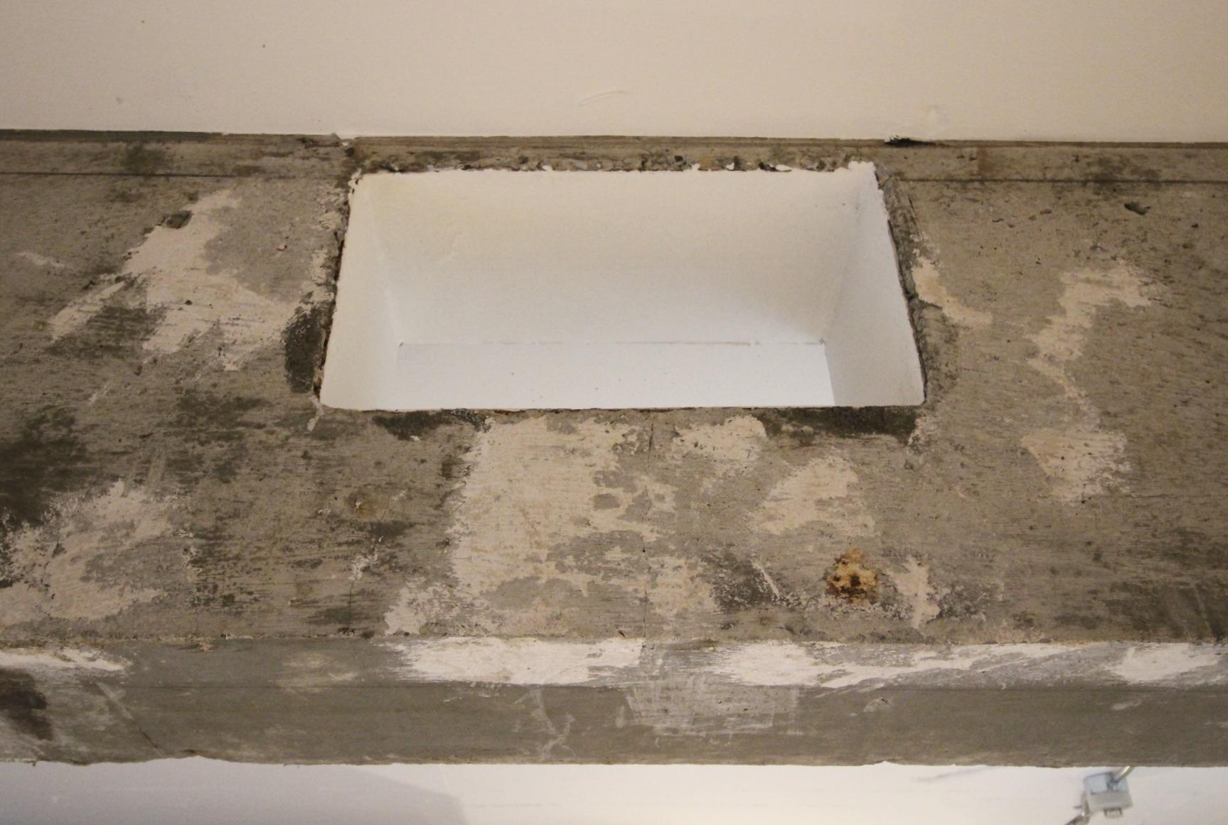 LDKのムキ出しの梁には謎の穴が。ハンモックや植物を吊るしたりしても良さそう。