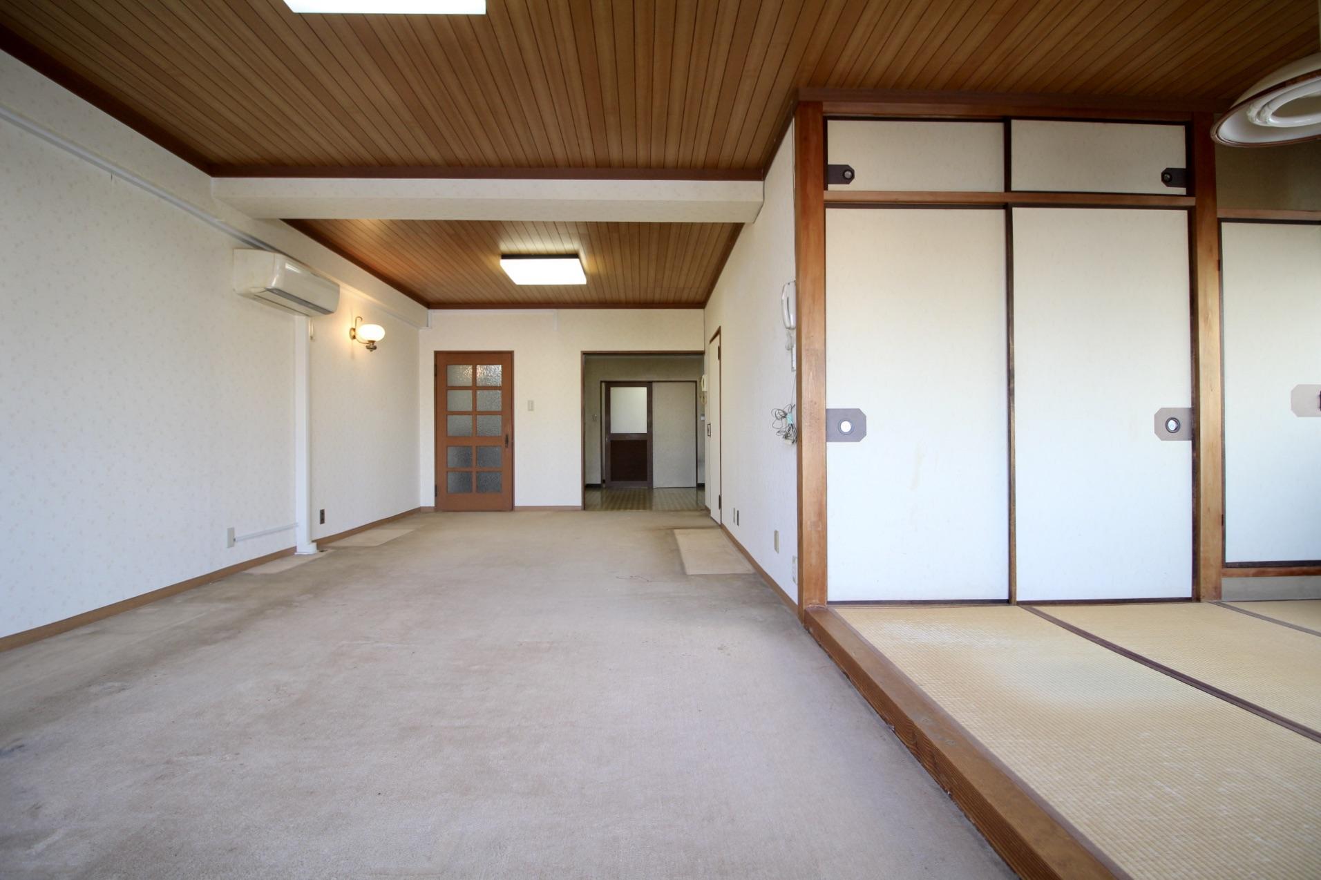 木張りの天井や建具などオリジナルの内装がそのまま健在