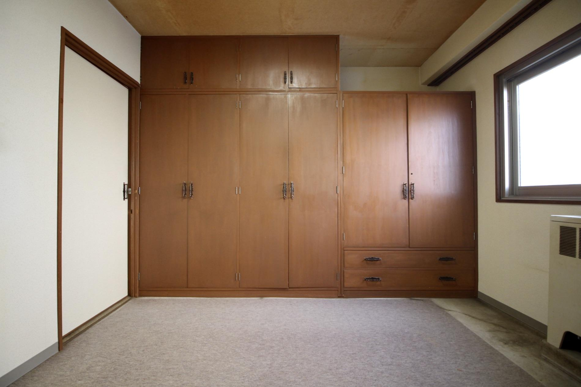 東側洋室のレトロな収納は活かしたい